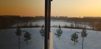 De winterbezinning over zonsondergang stock foto's