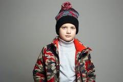 De winterbovenkleding modieuze tiener in hoed royalty-vrije stock afbeelding