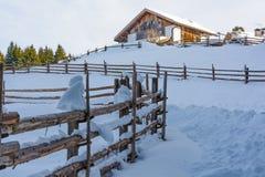 De winterchalet in berg Slepen en weg van wandelaars op de sneeuw Royalty-vrije Stock Fotografie