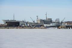 De winterdag bij de zeebasis van de Baltische vloot buurt van St Petersburg stock fotografie