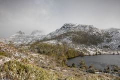 De winterdag bij Duifmeer, Wiegberg, Tasmanige stock foto