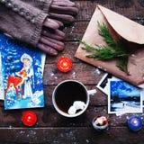De winterdecoratie Samenstelling op houten achtergrond Hete thee, kaarsen, besnoeiingsgrapefruit Kerstmis De stemming van Kerstmi Stock Foto