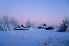 De winterdorp bij zonsondergang Stock Foto
