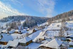 De winterdorp en bos in de Ural-Bergen, Rusland, Chelyabinsk-gebied, Minyar Pushkin` s sprookje Stock Afbeeldingen