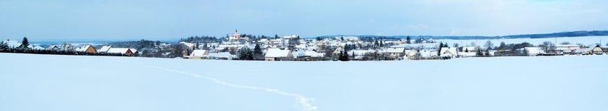 De winterdorp met sneeuw wordt behandeld die Royalty-vrije Stock Foto's