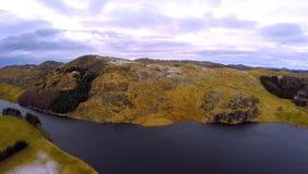 De winterfoto van een meer en een berg Royalty-vrije Stock Fotografie