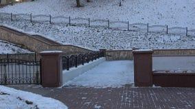 De wintergang rond de stad van Vitebsk langs de Vitba-Rivier stock videobeelden
