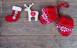 de winterhandschoenen met Kerstmisdecoratie Royalty-vrije Stock Afbeelding