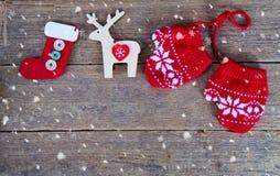 de winterhandschoenen met Kerstmisdecoratie Royalty-vrije Stock Afbeeldingen