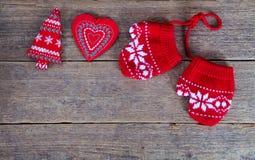 de winterhandschoenen met Kerstmisdecoratie Royalty-vrije Stock Foto