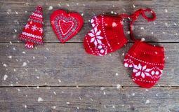 de winterhandschoenen met Kerstmisdecoratie Stock Afbeeldingen
