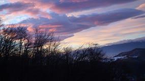 De winterhemel in violette schaduwen Royalty-vrije Stock Foto's