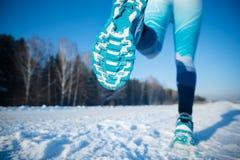 De winterjogging - de Winter die in Sneeuw lopen Een gezonde levensstijl Stock Afbeeldingen