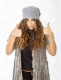 De winterkleding en positief teken stock foto's
