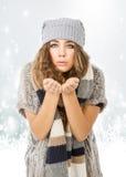 De winterkleding voor een aardig model die sneeuw kijken stock afbeeldingen