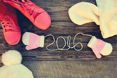 De winterkleren van kinderen: warme sjaal, vuisthandschoenen, laarzen het geschreven kant van 2016 jaar van de vuisthandschoenen  Royalty-vrije Stock Afbeelding