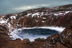 De de winterkleuren van mooie Kerio, of Kerid-krater in westelijk IJsland Rode vulkanische rots royalty-vrije stock afbeeldingen