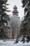 De de winterkoude, de restauratie van de Epiphany-Kathedraal en zijn klokketoren gaan in Kostroma verder stock fotografie