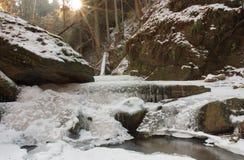 De winterkreek in de vallei in parkland in Februari Stock Foto's