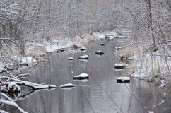 De winterkreek na een Verse Sneeuwval Royalty-vrije Stock Foto