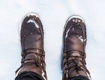 De winterlaarzen in de sneeuw royalty-vrije stock afbeeldingen