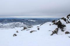 De winterlandschap in bergen royalty-vrije stock afbeeldingen