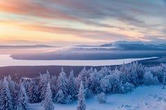 De winterlandschap in bergen bij de zonsopgang Royalty-vrije Stock Afbeeldingen
