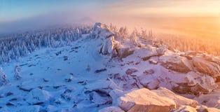 De winterlandschap in bergen bij de zonsopgang Royalty-vrije Stock Fotografie
