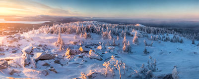 De winterlandschap in bergen bij de zonsopgang Stock Fotografie
