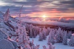De winterlandschap in bergen bij zonsopgang stock foto's
