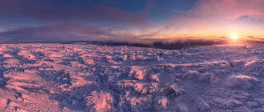 De winterlandschap in bergen bij zonsopgang Stock Afbeelding