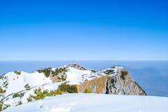 De winterlandschap, bergen en mooie blauwe hemel Royalty-vrije Stock Foto
