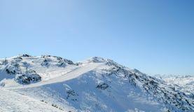 De winterlandschap, bergen met mooie blauwe hemel Royalty-vrije Stock Foto
