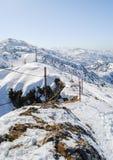 De winterlandschap, bergen met mooie blauwe hemel Stock Fotografie