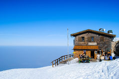 De winterlandschap, bergen met mooie blauwe hemel Royalty-vrije Stock Afbeelding