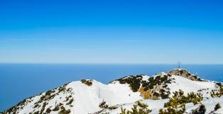 De winterlandschap, bergen met mooie blauwe hemel Royalty-vrije Stock Foto's
