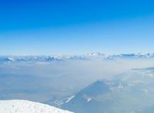 De winterlandschap, bergen met mooie blauwe hemel Royalty-vrije Stock Afbeeldingen