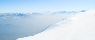 De winterlandschap, bergen met mooie blauwe hemel Royalty-vrije Stock Fotografie