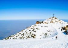 De winterlandschap, bergen met mooie blauwe hemel Stock Afbeelding