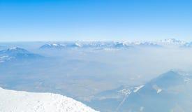 De winterlandschap, bergen met mooie blauwe hemel Stock Foto