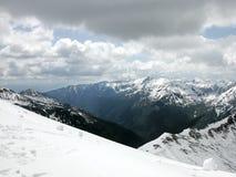 De winterlandschap - bergketen in de sneeuw Royalty-vrije Stock Fotografie