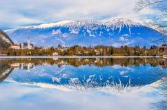 De winterlandschap, bezinning van meer en bergen met mooie blauwe hemel Stock Foto