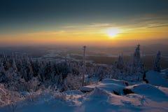 De winterlandschap bij zonsondergang Stock Afbeelding