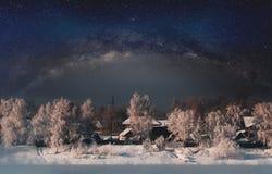 De winterlandschap, bos door sneeuw met hemelhoogtepunt wordt behandeld van sterren die royalty-vrije stock afbeeldingen