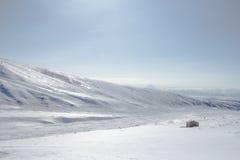 De winterlandschap in de bergen met blauwe hemel Stock Foto's