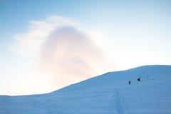 De winterlandschap in de bergen met blauwe hemel Stock Foto