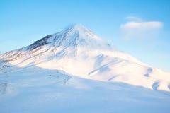 De winterlandschap in de bergen met blauwe hemel Royalty-vrije Stock Afbeeldingen