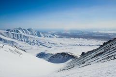 De winterlandschap in de bergen met blauwe hemel Stock Afbeelding