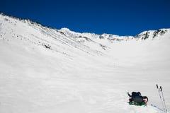 De winterlandschap in de bergen met blauwe hemel Stock Fotografie