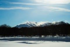 De winterlandschap in de bergen met blauwe hemel in de wolken Royalty-vrije Stock Fotografie